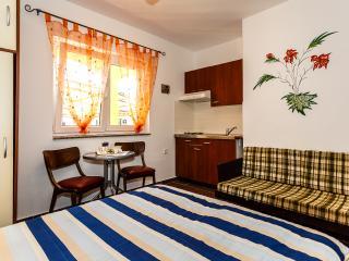 Sehr schönes Appartement nur 300 m vom Strand ! - Malinska vacation rentals
