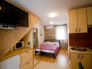 Romantic 1 bedroom Split House with Internet Access - Split vacation rentals