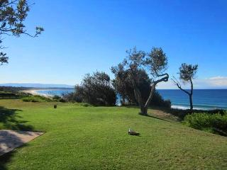 Bright 4 bedroom Culburra Beach House with Television - Culburra Beach vacation rentals