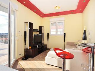 Beautiful 1 bedroom Apartment in Podstrana with Internet Access - Podstrana vacation rentals