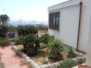 Villa Tares a 10 metri dal mare - Fontane Bianche vacation rentals