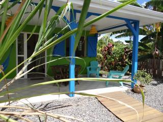 Charmante Villa F2 avec piscine au centre de l'île - Ducos vacation rentals