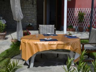 Ground floor flat with nice garden and parking - Sarzana vacation rentals