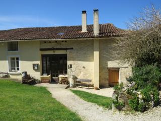 Lovely Farmhouse, covered terace, pool, games room, bikes, fishing, pizza nights - Villebois-Lavalette vacation rentals