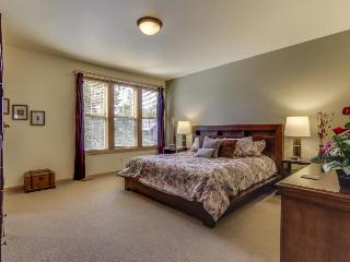 Spectacular getaway w/ private hot tub, shared pool, sports courts, SHARC passes - Sunriver vacation rentals