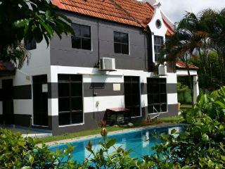 D Faro A Famosa Villa 4 Bedroom with swimming pool - Alor Gajah vacation rentals