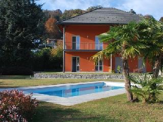 Nuova Villa con piscina condominiale - Lesa vacation rentals