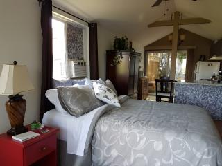 Luxury cozy cottage steps from the lake with wifi! - Peachland vacation rentals