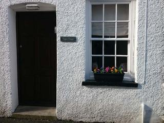 COPPER COTTAGE, mid-terrace, Grade II, close to amenities, in Ulverston, Ref 933531 - Ulverston vacation rentals