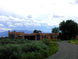 Adobe de  Eototo 360 mountain views, adobe walled private yard & patios - Taos vacation rentals