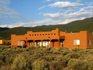 3 MASTER BEDROOMS,  360 DEGREE VIEWS w/ SUNSET & CITY LIGHTS, HOT TUB, WIFI, - Taos vacation rentals