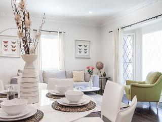 Enjoy Beverly Hills in this well appointed 3 bedroom apartment! - Beverly Hills vacation rentals