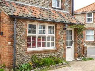 WAVERLEY COTTAGE, WiFi, close to beach in East Runton, Ref 935404 - East Runton vacation rentals