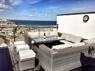 3 QUAY COURT, pet-friendly luxury townhouse, sea views, WiFi, roof terrace, in Newquay Ref 931960 - Newquay vacation rentals