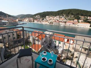 Adorable Apartment in Pucisca with A/C, sleeps 4 - Pucisca vacation rentals