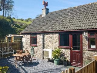 ROSE COTTAGE, end-terrace, woodburner, parking, patio, in Hallsands near Kingsbridge, Ref 915585 - Beesands vacation rentals