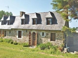 Charming 2 bedroom House in Plougrescant with Dishwasher - Plougrescant vacation rentals