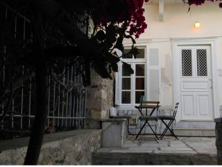 Beautiful 1 bedroom Vacation Rental in Hermoupolis - Hermoupolis vacation rentals