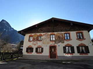 """""""Sonnengelb"""": smartes Apartment, jetzt neu:Sat-TV - Oberammergau vacation rentals"""