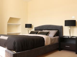 Luxury 1 Bedroom Apartment Moments from Hyde Park - London vacation rentals