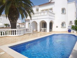 0037-CAP RAS Casa con amarre y piscina - Empuriabrava vacation rentals
