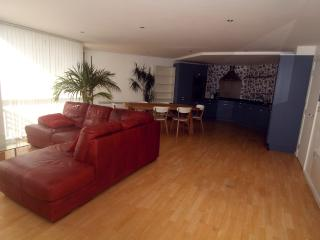 Bright 2 bedroom Nottingham Condo with Television - Nottingham vacation rentals