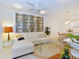 """Retro Banana"" Apartment - Port Douglas vacation rentals"