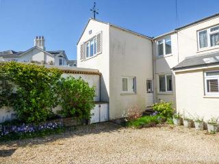 1 KING'S CLOSE, pet-friendly coastal cottage, WiFi, garden, Bembridge Ref 932588 - Bembridge vacation rentals
