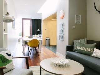 Modern Pad,Sleeps 10,City 15 Mins by Bus - Dublin vacation rentals