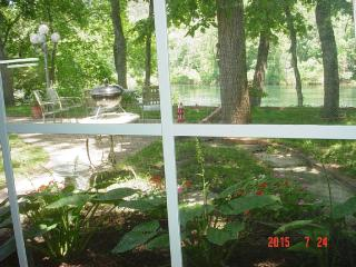 Cottage on Lake Taneycomo, near the College - Hollister vacation rentals