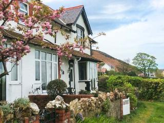 2 CAE GLAS, pet-friendly cottage, superb views, patio, Dwygyfylchi Ref 929176 - Penmaenmawr vacation rentals
