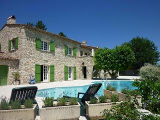 Location rez-de-jardin avec piscine - Laragne-Montéglin vacation rentals
