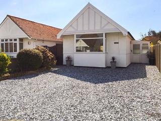 LITTLE HAVEN, single-storey, pet-friendly, enclosed garden, close to beach, near Clacton-on-Sea, Ref 21794 - Essex vacation rentals