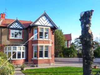 SEACROFT, semi-detached, hot tub, WiFi, games, woodburner, in Rhos-on-Sea, Ref 925429 - Rhos-on-Sea vacation rentals