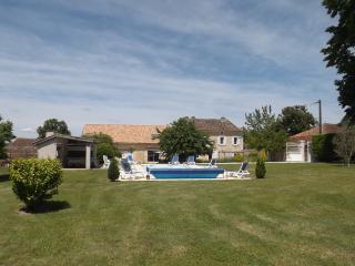 Demeure de caractère avec piscine privee au calme - Tocane Saint-Apre vacation rentals