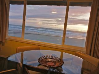 'Surf du Soleil' Bright Fun Beach Themed Condo - Lincoln City vacation rentals