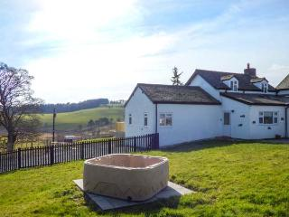CAMNANT COTTAGE, hot tub, pet-friendly, woodburner, ideal walking, near Llanbister, Ref 918687 - Llanbister vacation rentals