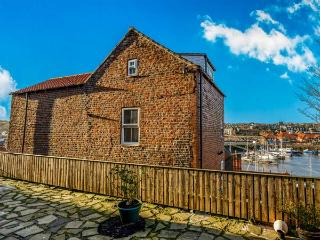 KIRKBY HOUSE, harbour front, family-friendly, close to town in Whitby Ref 912895 - Whitby vacation rentals