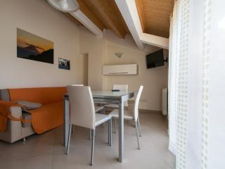 Luminoso appartamento con bella vista sul lago. - Messina vacation rentals
