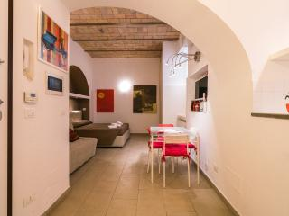 CHEAP & CHIC RED STUDIO COLISEUM - ALL INCLUDED! - Rome vacation rentals