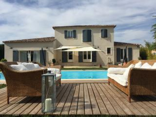 Bright 5 bedroom Greoux les Bains Villa with Internet Access - Greoux les Bains vacation rentals