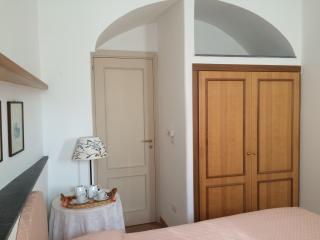 Il Borghetto, Casa Iris 3 persone - luminosa - Procida vacation rentals