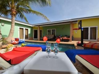 Lovely 3 bedroom Villa in Noord with Deck - Noord vacation rentals