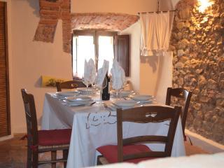 Romantic 1 bedroom Montescudaio Condo with High Chair - Montescudaio vacation rentals