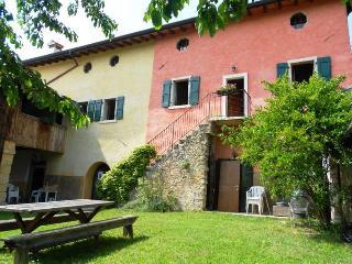 Appartamento il Rovero a 3 km da Garda - Costermano vacation rentals