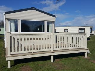 Beautiful Caravan/mobile home with Water Views and Hot Tub - Skipsea vacation rentals