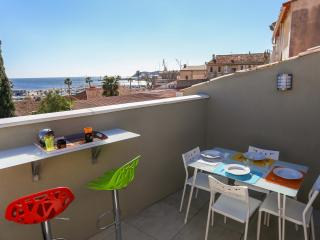 Sunny 2 bedroom La Ciotat Condo with A/C - La Ciotat vacation rentals