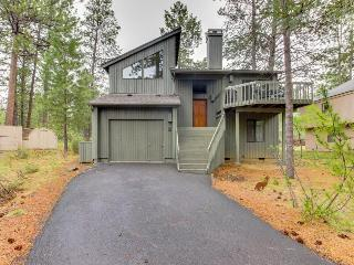 Adorable Sunriver cabin with private hot tub and SHARC passes! - Sunriver vacation rentals