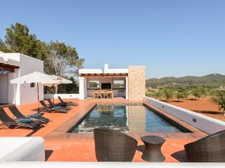 Bright Villa in Santa Gertrudis with A/C, sleeps 5 - Santa Gertrudis vacation rentals