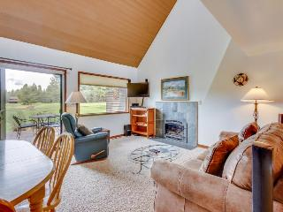 Great location, view of golf course and passes to SHARC - Sunriver vacation rentals